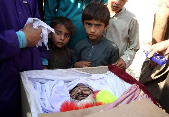 Funeral de las víctimas del ataque con drones estadounidenses este jueves en Khogyani, distrito de la provincia de Nangarhar, Afganistán. EFE