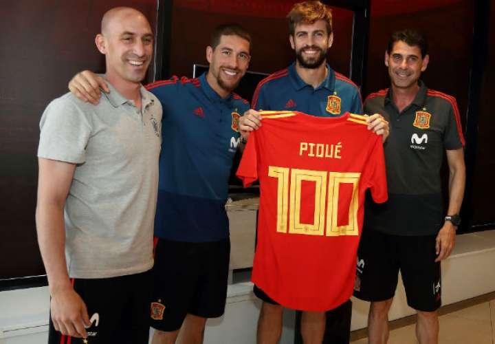 El defensa de la selección española de fútbol, Gerard Piqué (2d), recibió un homenaje por parte de la Real Federación Española. Foto: EFE