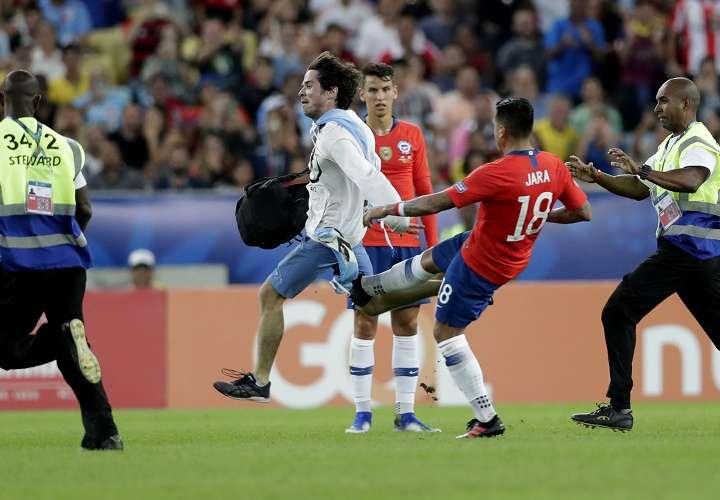Gonzalo Jara le tiró una patada a un aficionado que ingresó al campo. Foto: AP