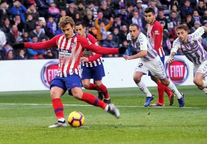 l delantero francés del Atlético de Madrid Antoine Griezmann (izq.) consigue de penalti el segundo gol de su equipo ante el Valladolid. Foto: EFE
