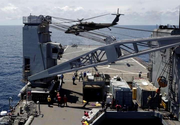 El incidente, que tuvo lugar poco después del despegue del aparato, a las 9.00 hora local (13.00 GMT), ocurrió cuando un helicóptero Seahawk de la marina intentó realizar un aterrizaje de emergencia y acabó estrellándose contra la cubierta del buque. EFE