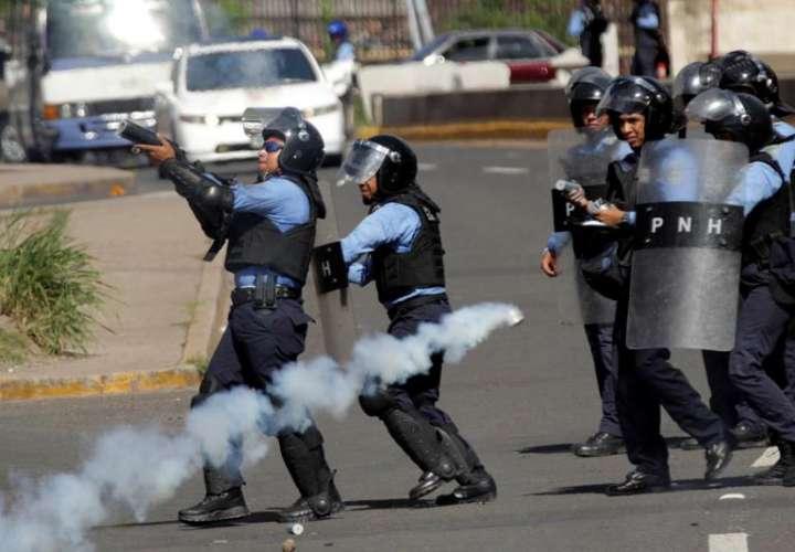 Vista de varias unidades de la policía de Honduras en Tegucigalpa (Honduras), mientras reprimían manifestantes el lunes. EFE