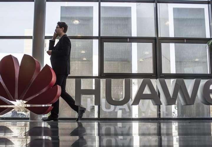 """El vicepresidente de la Comisión Europea (CE) para el Mercado Único Digital, Andrus Ansip, aseguró el viernes que la Unión Europea """"debe estar preocupada"""" y """"tener miedo"""" de Huawei y de otras compañías chinas debido a supuestos agujeros de seguridad. EFE"""