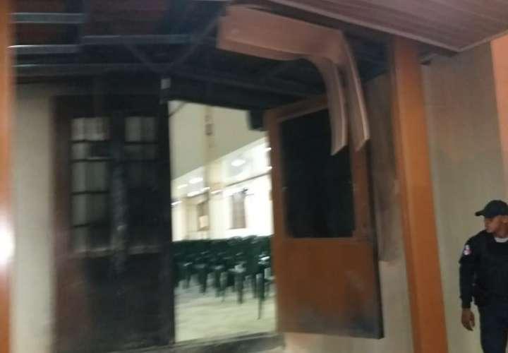 Lanzan bomba casera contra iglesia en Colón