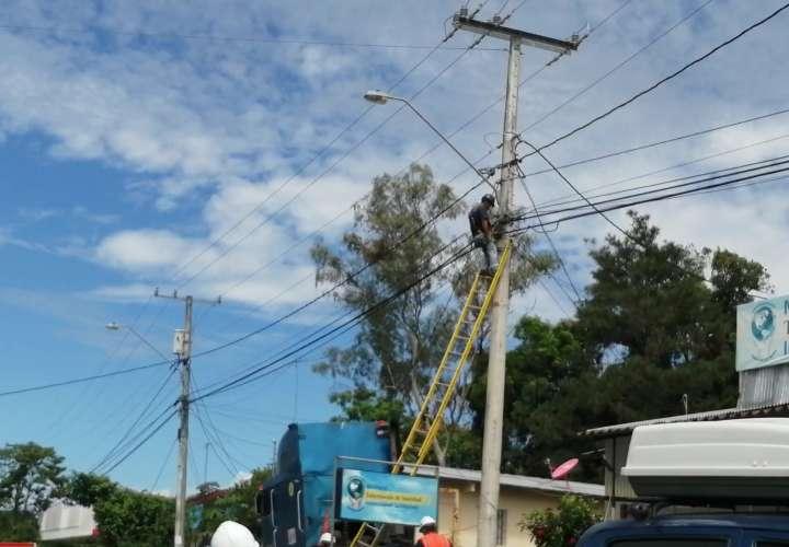 Trabajador electrocutado en un poste.