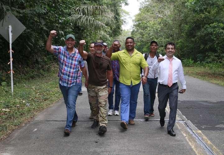 ¡Vítores y pechadas tras liberación de Gustavito!