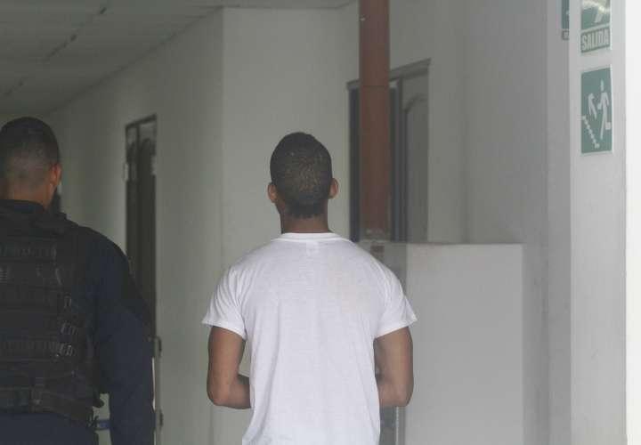 Momentos en que el imputado llegaba a las instalaciones del Sistema Penal Acusatorio en San Miguelito. Foto: Edwards Santos Cruz