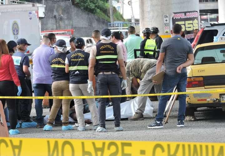 Levantamiento del cuerpo de uno de los hombres asesinados en la vía Transístmica. Foto: Landro Ortiz