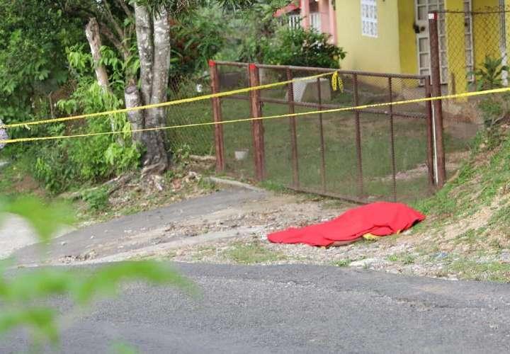 Lo hallan muerto a la orilla de la calle