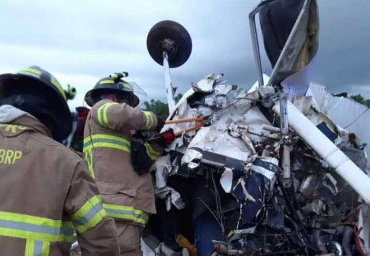 Dos muertos al estrellarse avioneta en Guararé