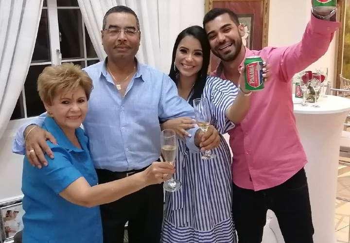 Celebran su amor en familia