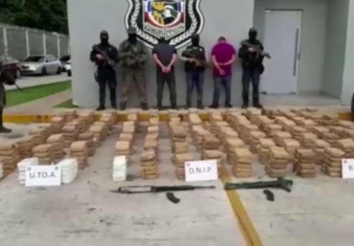 Los guardan por 570 paquetes de drogas y 2 armas de guerra