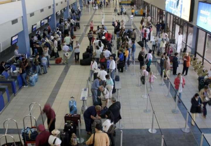 Aumento de contagios pone en duda una pronta reapertura de aeropuertos