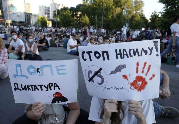 Protesta multitudinaria por tercer día contra Gobierno, ahora sin disturbios