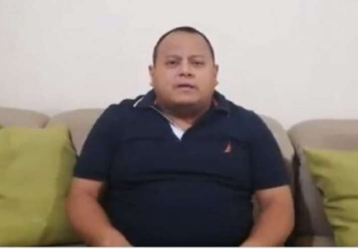 """Le mochan 35% del salario a funcionario que exigió """"likes"""" para el ministro"""