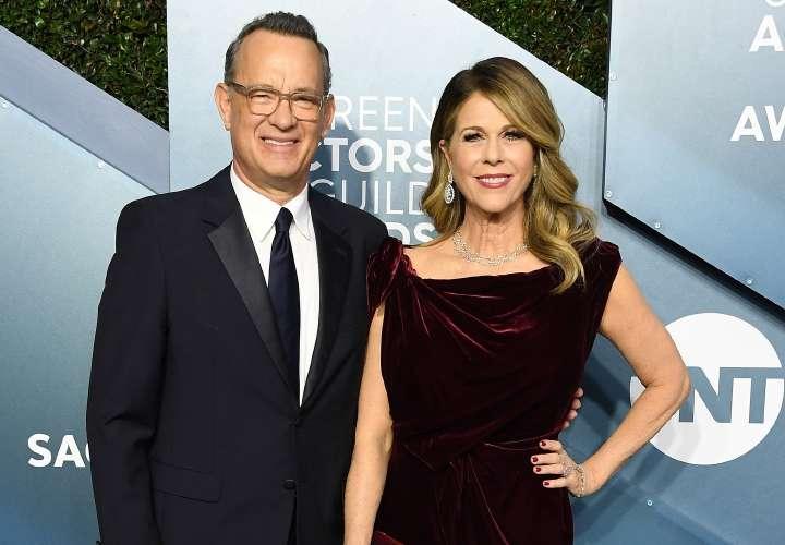 Esposa de Tom Hanks afirma que aún tiene anticuerpos contra la COVID-19