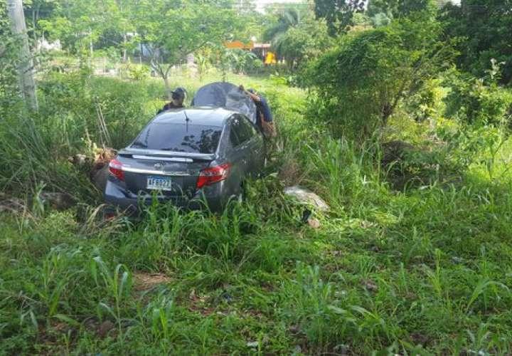 Se investiga cómo el auto terminó saliéndose del camino.  /  Foto: @bomberoveraguas