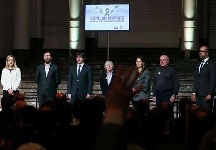 El expresidente de la Generalitat catalana Carles Puigdemont (3i), y los exconsellers Clara Ponsatí (c), Antoni Comín (2i), Mertixell Serret (3d), y Lluís Puig (2d), durante el acto que 200 alcaldes independentistas celebraron en Bruselas. /  EFE