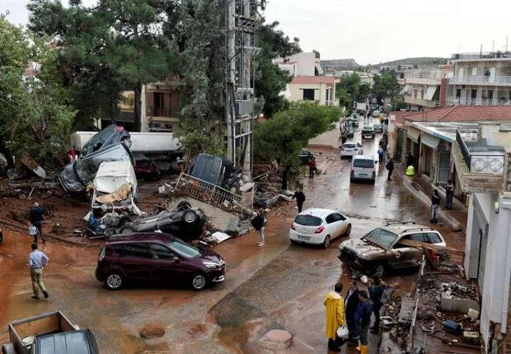 Vista de los daños causados por las inundaciones en una calle de Mandra, oeste de Ática (Grecia). EFE/Archivo