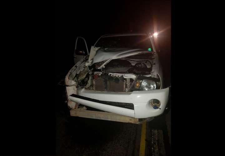El vehículo involucrado en el suceso quedó con la parte frontal destruida. / Foto: @RetenChiriqui
