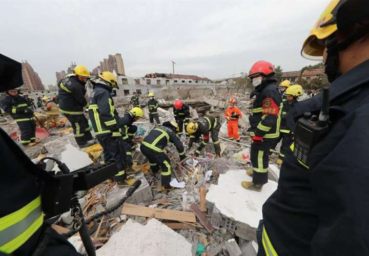 Trabajadores de rescate chinos buscan en el sitio de una explosión en la ciudad de Ningbo, provincia de Zhejiang, este de China. /  Foto: EFE
