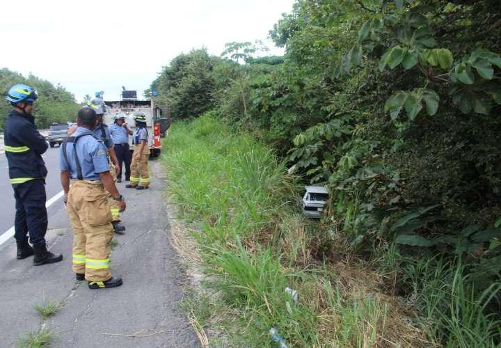 Se investiga para ubicar al dueño del vehículo y determinar qué fue lo que ocurrió y si este hecho dejó algún herido. / Foto: .@bomberoscocle