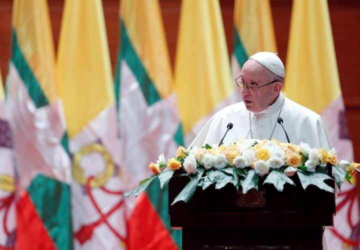 El papa no mencionó a los rohinyás en su visita a Birmania