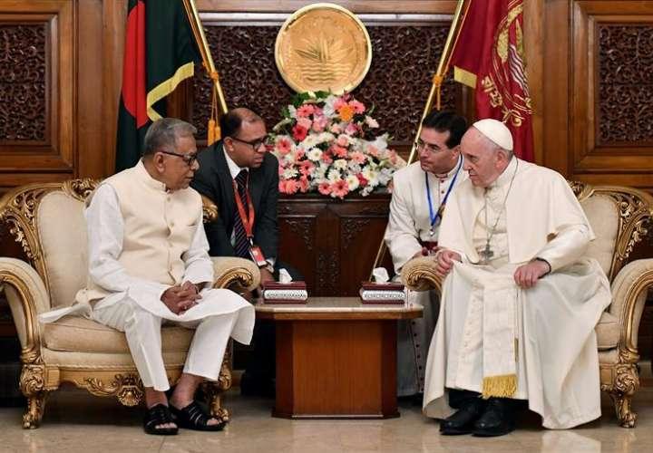 El presidente de Bangladesh, Abdul Hamid (izq), recibe al papa Francisco en el Palacio Presidencia, en Daca (Bangladesh). EFE