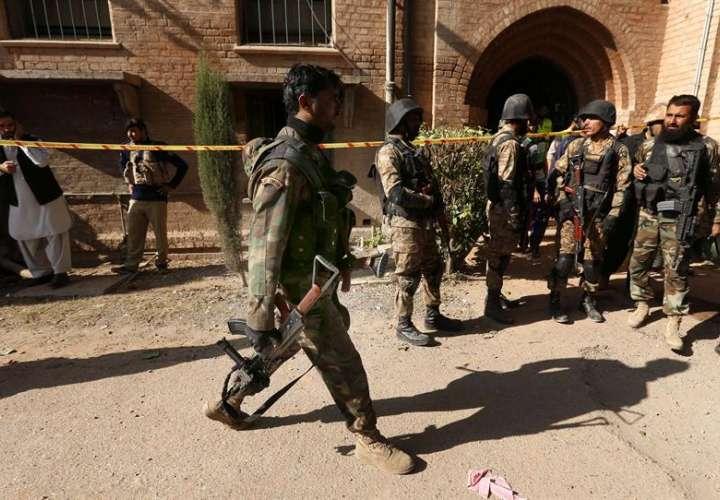 Oficiales de seguridad paquistaníes inspeccionan el escenario de un ataque terrorista perpetrado en un departamento de la Universidad de Peshawar. EFE
