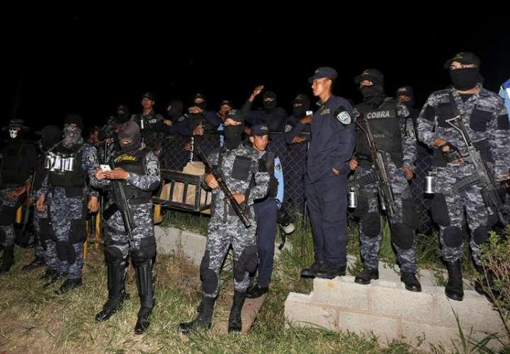 Un grupo de agentes de la fuerza especial Cobras de la Policía de Honduras fue registrado este lunes al declararse en huelga de brazos caídos, supuestamente por la crisis política en el país, en Tegucigalpa (Honduras). EFE