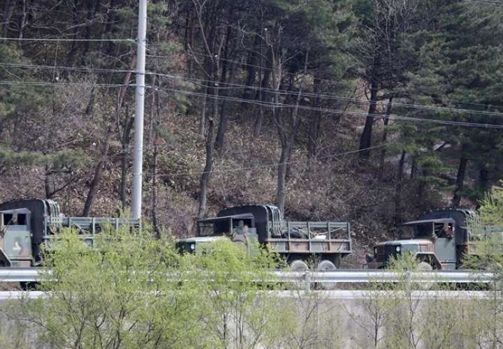Camiones surcoreanos permanecen aparcados en una carretera cercana a Gangneung durante la búsqueda de drones norcoreanos. EFEArchivo