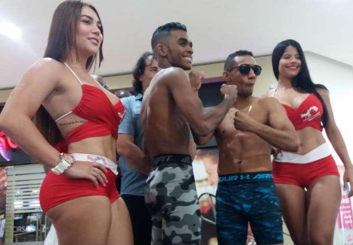 """Amrit """"Kung Fu"""" Herrera (izq.) y Carlos """"Arañita"""" Ortega no tuvieron problemas en la ceremonia de pesaje oficial. Foto: Joel Isaac González"""