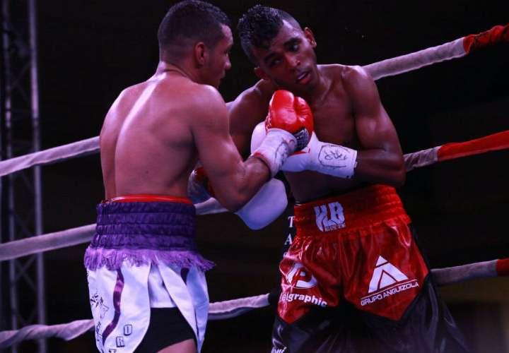 "Carlos ""Arañita"" Ortega (izq.) dominó a Amrit ""Kung Fu"" Herrera. Fotos: Anayansi Gamez"