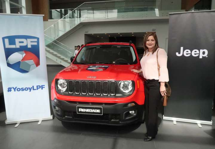 Johana Romero, feliz ganadora del Jeep Renegade.