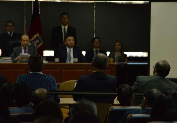 El vicepresidente sin funciones, Jorge Glas (c - espalda), asiste a la audiencia, en la Corte Nacional de Justicia de Ecuador, en Quito (Ecuador). EFE