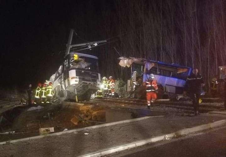 Equipos de emergencia y rescate en el lugar del accidente tras una colisión en un paso a nivel entre un autobús escolar y un tren. EFE