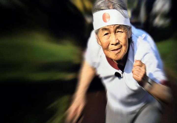 """Fotografía de la exposición """"Juguemos"""" de la fotógrafa japonesa Kimiko Nishimoto, de 89 años, en la galería Epson Epsite de Tokio. /  EFE"""