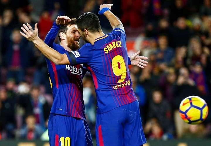 Luís Suárez (d) celebra con su compañero, el delantero argentino Leo Messi (i), su gol. Foto: EFE