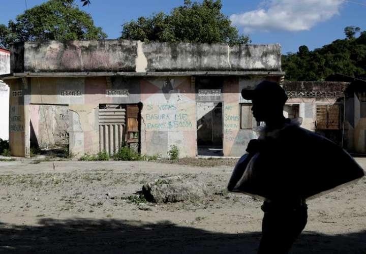 Un hombre camina por una calle en el corregimiento de El Salado (Colombia). EFE