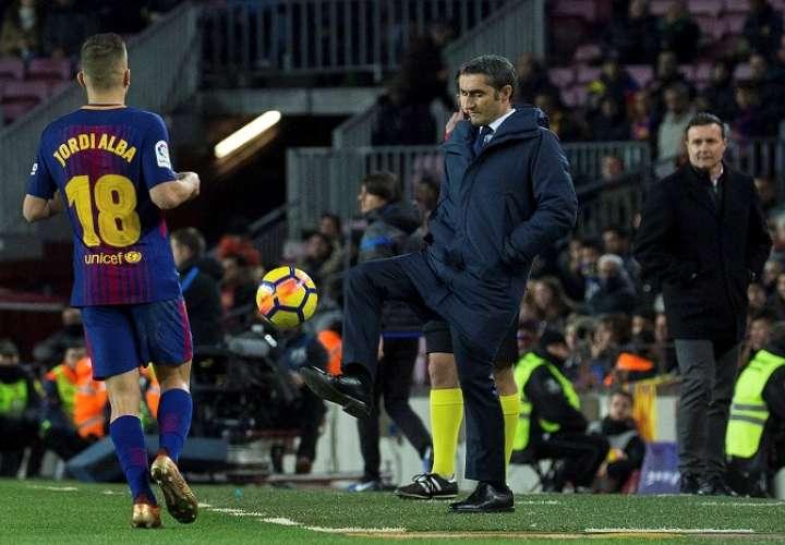 El entrenador del FC Barcelona Ernesto Valverde (c), durante el partido de la decimosexta jornada de Liga en Primera División. EFE/Enric Fontcuberta
