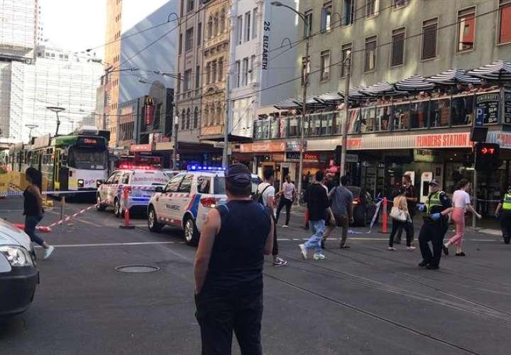 La policía y los servicios de emergencia llegan al lugar en el que un hombre arrolló a al menos una docena de personas, entre ellos a un niño, cuando caminaban por una vía peatonal en la ciudad australiana de Melbourne, hoy, 21 de diciembre. EFE