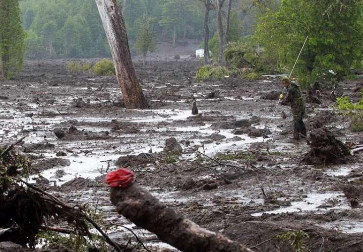 Un soldado del Ejército de Chile trabaja en la búsqueda de cuerpos el 21 de diciembre de 2017, en la Villa Santa Lucía, a unos 1.200 kilómetros al sur de Santiago (Chile). EFE