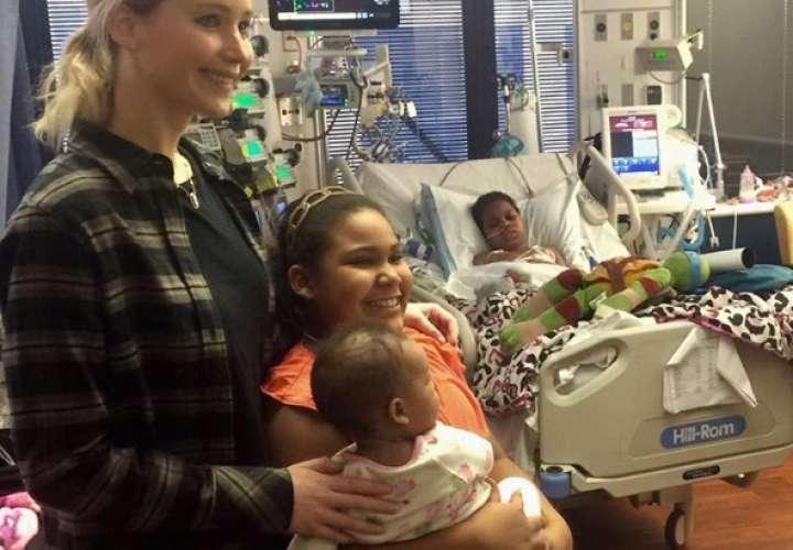 Jennifer Lawrence lleva alegría en Navidad a niños con  cáncer