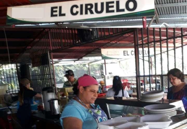 La joven Miriam Polanco entregó la cartera con los 850 dólares. / Foto: Zenaida Vásquez
