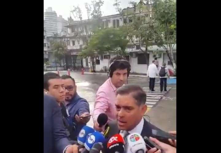 Diputado Adolfo Valderrama a su llegada a la Asamblea Nacional de Diputados.