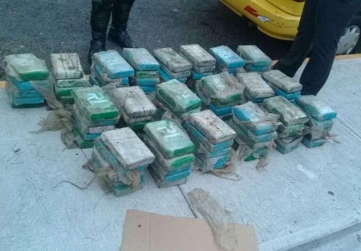 Los paquetes de la droga venían envueltos en plástico transparente y forrados en envoltorios de diferentes tono de color verde. / Foto: @ProtegeryServir