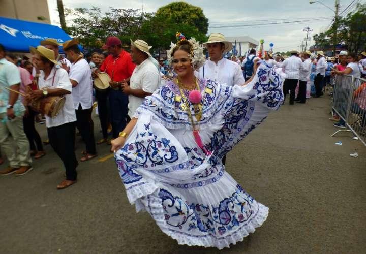 Unas 15.000 mujeres que  participan en Las Tablas del 'Desfile de las Mil Polleras. /  Foto: Jesús Simmons