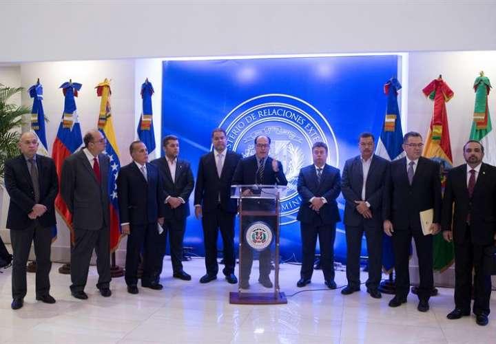 El diputado venezolano Julio Borges (c), acompañado por varios líderes opositores, habla al finalizar la reunión entre representantes del gobierno y la oposición de Venezuela. EFE