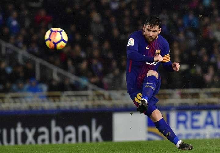 Lionel Messi ensaya un tiro libre hoy/AP
