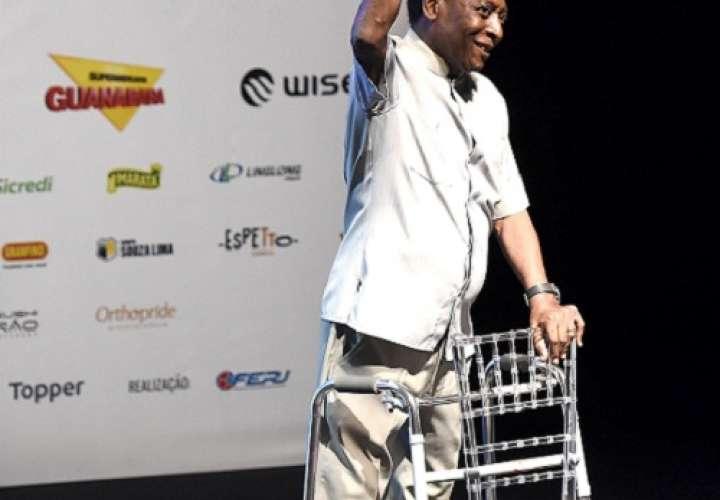 Pelé' acude apoyado en un andador a la ceremonia inaugural del campeonato regional de fútbol del estado de Río de Janeiro. Foto: EFE